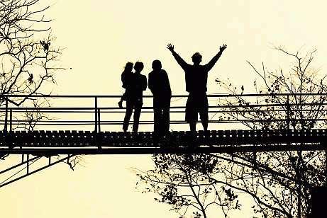 Mediation & Kommunikationstraining - Menschen auf Brücke
